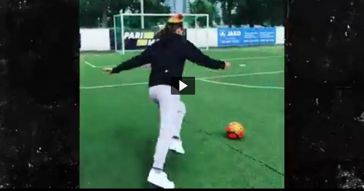 Tekashi69が「俺はマジでサッカーが上手い」と語り、自身がプレイするサッカーの動画を公開する。