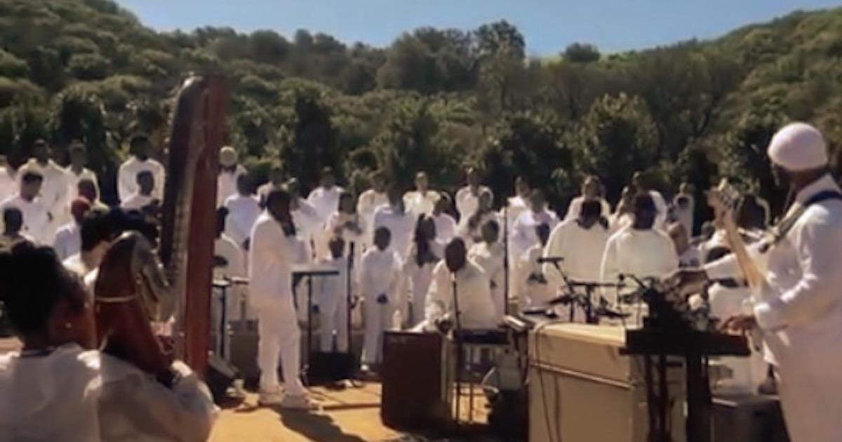 カニエ・ウェストの「Sunday Service」のCoachellaのパフォーマンスがYouTubeでライブ配信決定