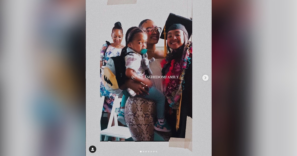 ニプシー・ハッスル(Nipsey Hussle)の娘Emaniが、小学校の卒業式にて父親に感謝の言葉を述べる。