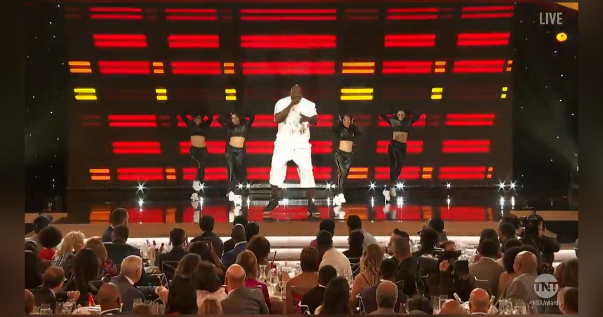 Shaquille O'Neal(シャキール・オニール)がNBAアワードにてラップとブレイクダンスを披露。こちらからチェック!
