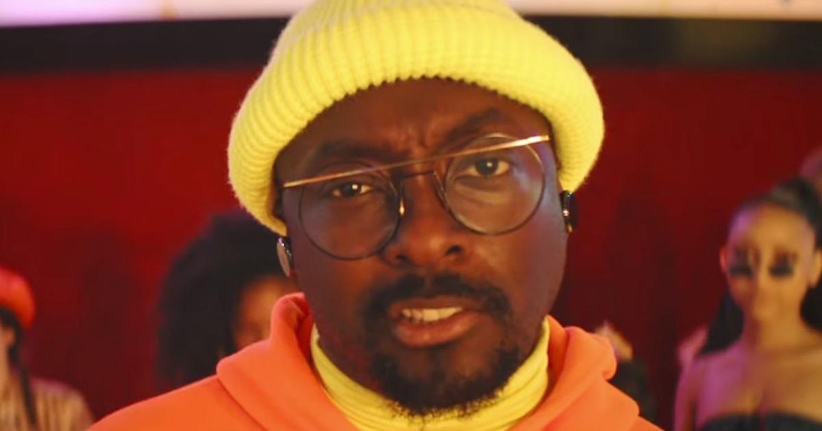 Black Eyed Peasのwill.i.amがフライト中に差別的な扱いを受けた事件の詳細を語る。ツイッターの反応は?