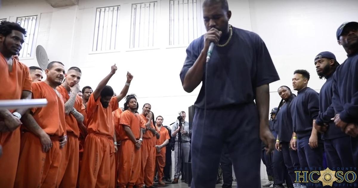 Kanye West(カニエ・ウェスト)がテキサス州の刑務所にてサプライズ演奏。涙を流す囚人の姿も