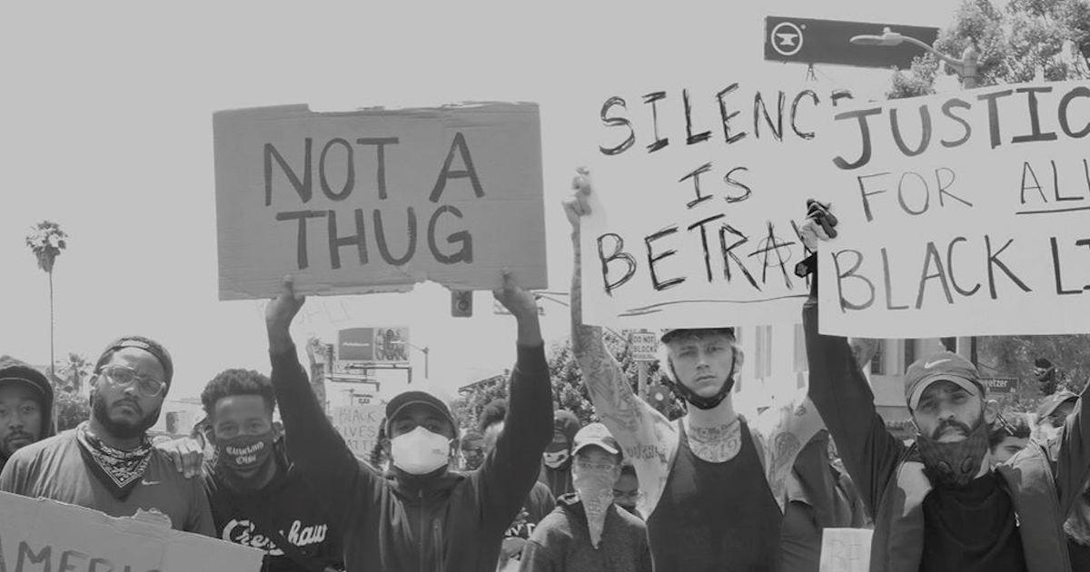 マシン・ガン・ケリーが抗議デモに参加。「沈黙は裏切りだ」サイン掲げる