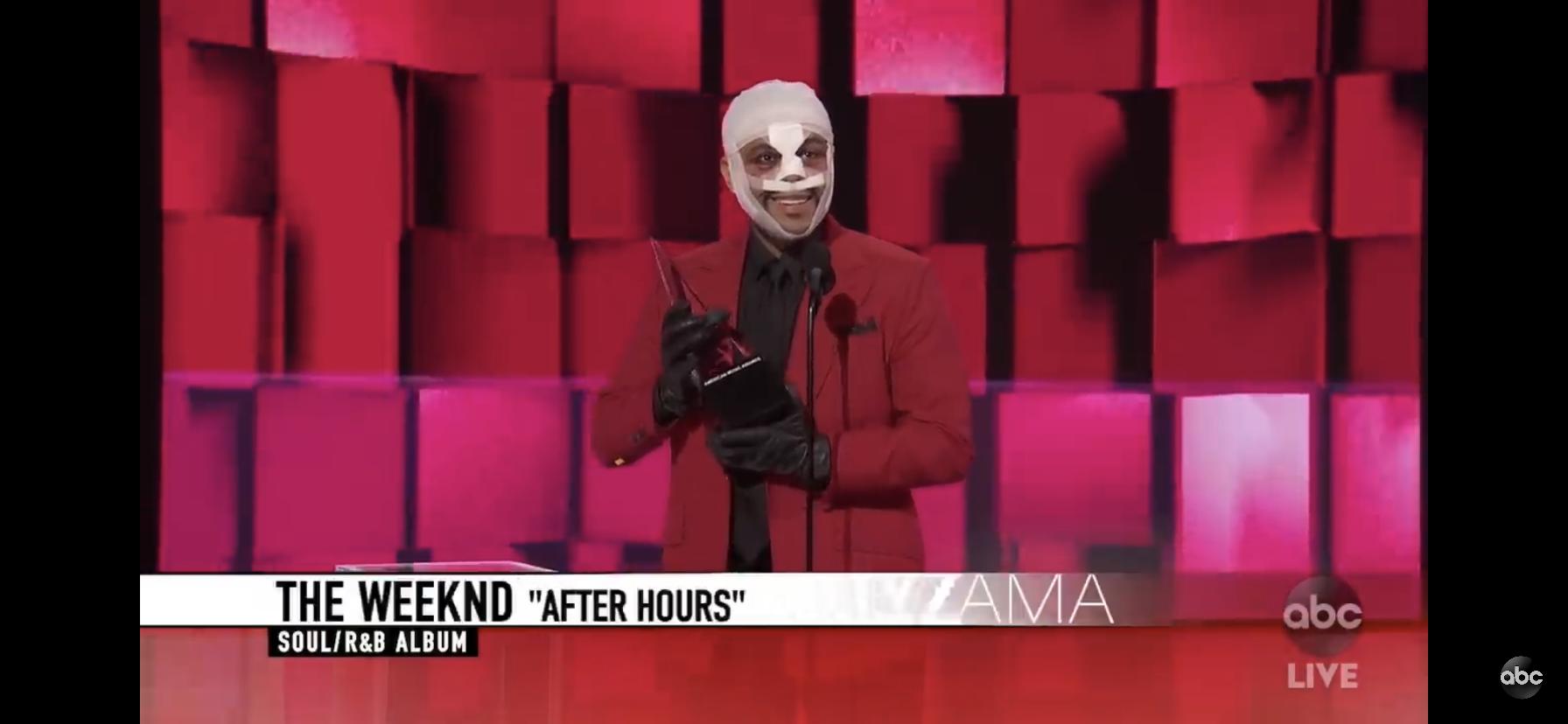 ザ・ウィークエンドが顔を大怪我した姿でアメリカン・ミュージック・アワードの授賞式に現れる。その理由とは?